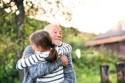 Voluntarios de La Caixa acompañan por teléfono a los mayores más vulnerables