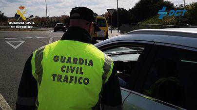 La Guardia Civil corta dos carriles de la autopista del aeropuerto tras chocar una grúa contra un puente