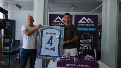 Vallori e Ingo cargan contra Manix en la despedida del capitán del Atlético Baleares
