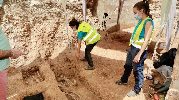 Armengol muestra a la ministra de Trabajo los restos de la Guerra Civil hallados en Manacor