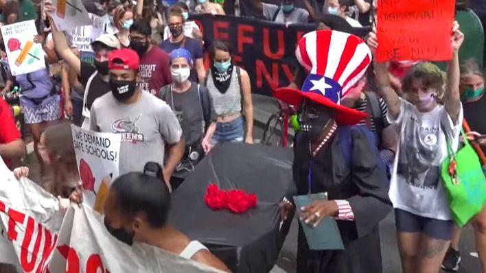 Los profesores de Nueva York salen a la calle contra la reapertura de los colegios
