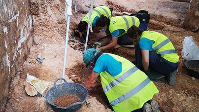 Hallan los primeros restos de mujeres enterradas en la fosa del cementerio de Son Coletes