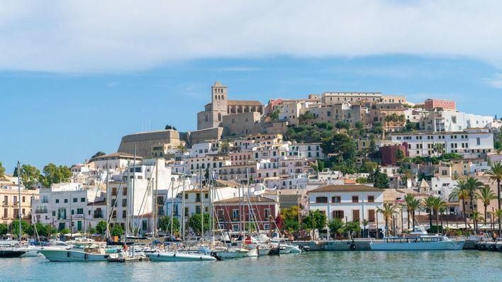 Detenidos dos jóvenes por asaltar con navajas a unos turistas en Ibiza
