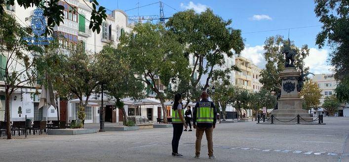 Detenidos en Ibiza dos hombres sorprendidos con una caja llena de botellas robadas