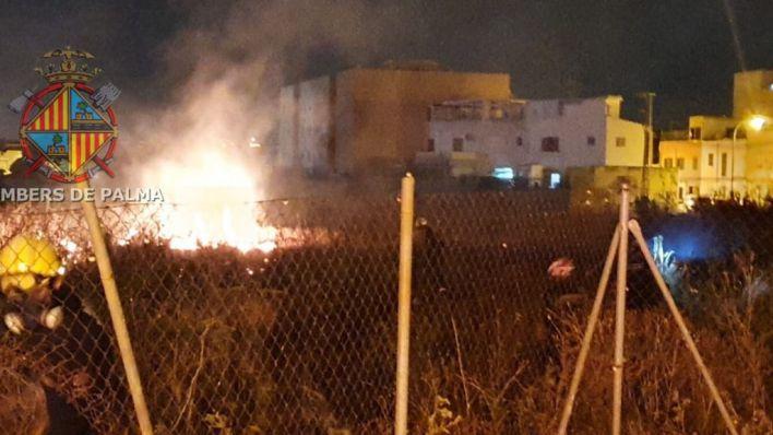Alarma por un fuego en un solar cercano al Centro Es Pinaret