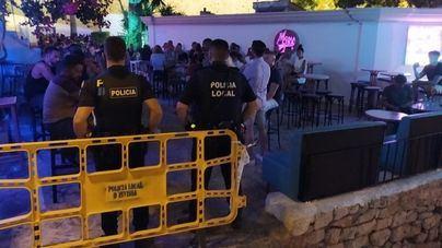 La Policía cierra una calle en Ibiza por aglomeración de personas