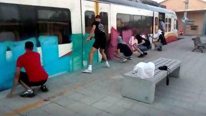 Cazan a unos grafiteros pintando el tren en Es Figueral