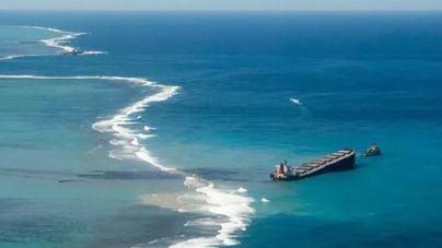 Se parte en dos el carguero que derramó crudo en aguas de Mauricio