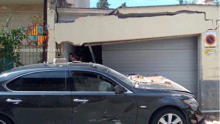 Un vehículo impacta contra una vivienda en el barrio palmesano de La Vileta