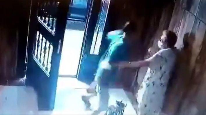 Tumba de un puñetazo a una anciana de 85 años para robarle