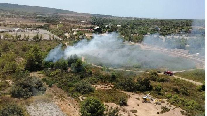 Un avión y un helicóptero intervienen en la extinción de un incendio en Magaluf