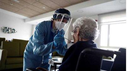 El Gobierno convoca a las autonomías para tratar los brotes de coronavirus en residencias