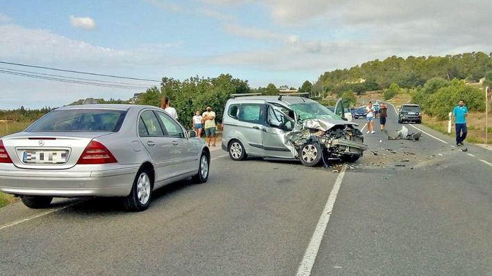 Un herido en un choque entre dos coches en la carretera de Sineu a Ariany