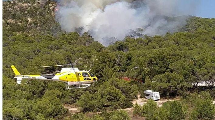 Los bomberos siguen trabajando en el incendio de Sant Antoni para refrescar la zona