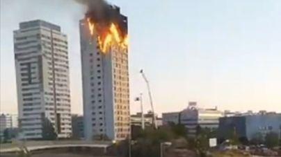 Un gran incendio devora los pisos superiores de un edificio en Madrid