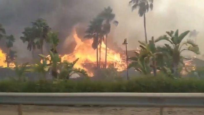 Un incendio quema un centro comercial y afecta a un hotel y varias viviendas en Estepona