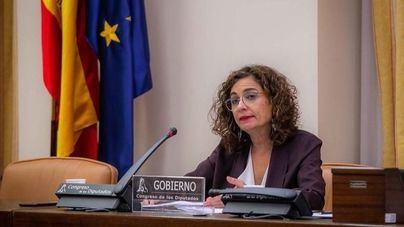 Montero advierte de que mantener sus remanentes en los bancos cuesta 70 millones al año a los ayuntamientos