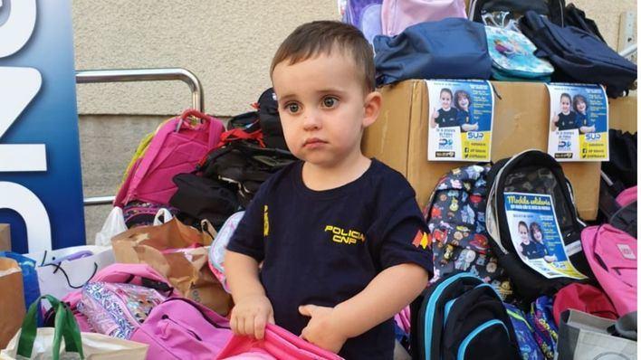 La ONG 'Policía Solidaria' reúne más de 400 mochilas escolares para los niños de Baleares
