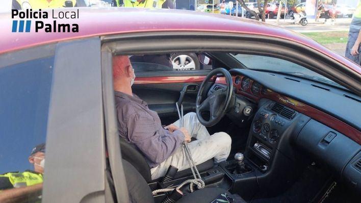 Detenido un conductor en Palma por llevar la puerta atada al freno de mano
