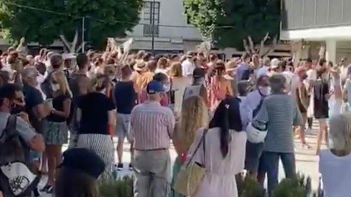Manifestación negacionista sin mascarillas ni distancias en Ibiza