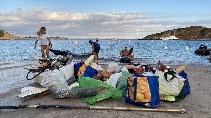 Puerto Portals recoge cerca de 350 kilos de residuos depositados en el mar