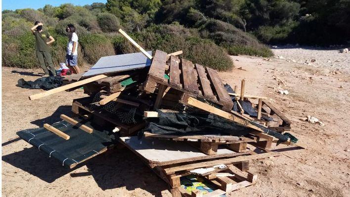Dan por finalizadas las labores de desmantelamiento del chiringuito ilegal de Cala Varques