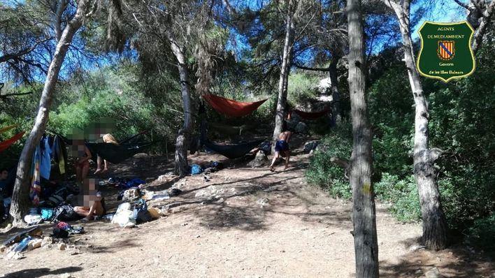 Denuncian a 18 personas por acampar en Cala Varques sin permiso