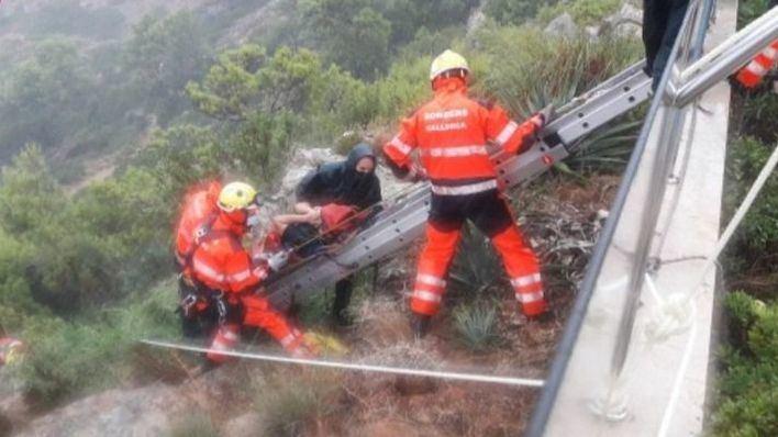 Los Bomberos rescatan a un hombre que se había caído por unas rocas en Maioris