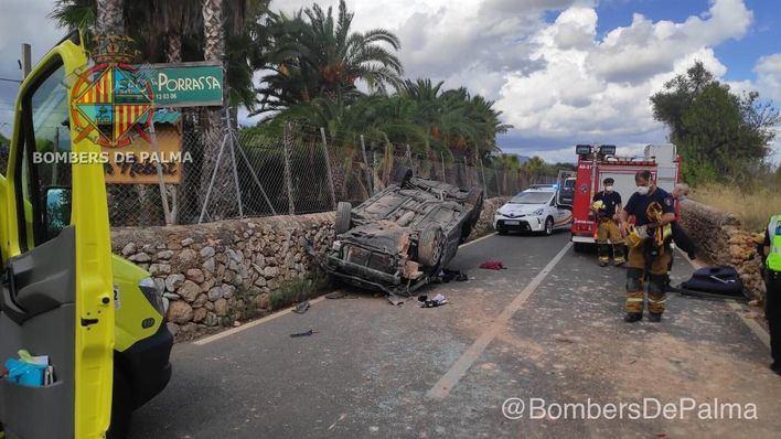 Los bomberos rescatan a un conductor atrapado en su vehículo tras un accidente