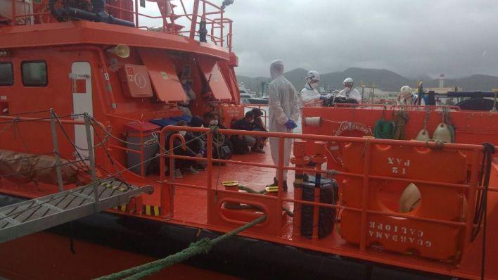 Dos de los 12 migrantes interceptados en Formentera dan positivo en Covid