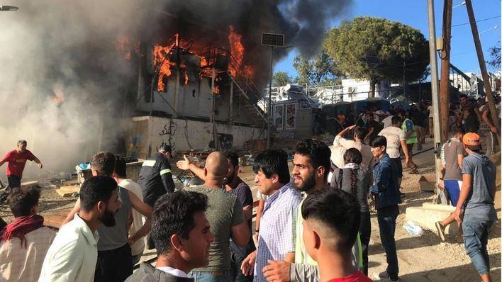 Un incendio provocado destruye un campo de refugiados en la isla de Lesbos