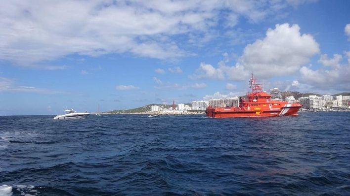 Rescatan a los dos tripulantes de una embarcación siniestrada en Ibiza