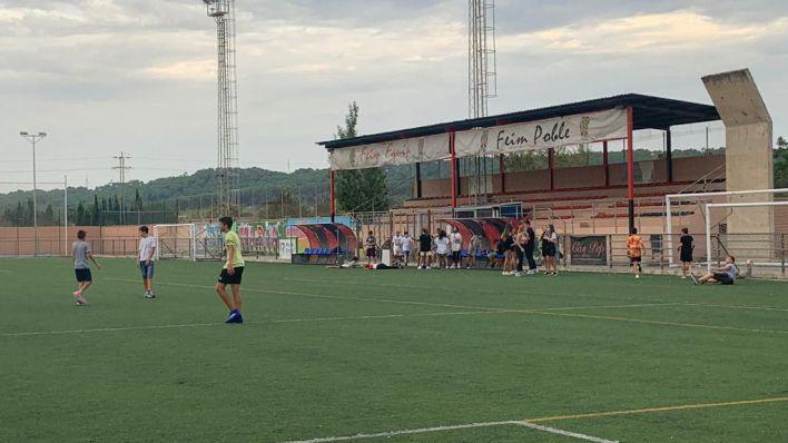Una treintena de jóvenes se reúnen en Santa Maria para practicar deporte sin mascarillas ni distancia de seguridad
