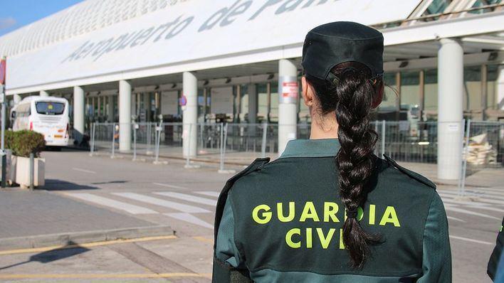 Un pasajero le arranca a otro parte de una oreja de un mordisco tras aterrizar en Palma
