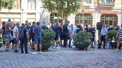 Los huelguistas de la EMT cortan el tráfico en Plaça d'Espanya e Hila les convoca el martes