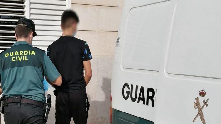 Vecinos de Mancor de la Vall observan a tres jóvenes robando en el interior de vehículos