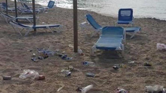 Un bañista, un residuo menos: el Govern anima a recoger plásticos de las playas