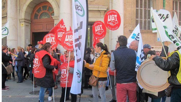 El sueldo de los trabajadores de la Administración 'no basta para asegurar un nivel de vida decente'