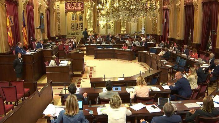 La participación en las sesiones del Parlament queda reducida a 28 diputados