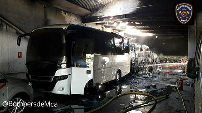 Varias explosiones por un incendio en una nave de autobuses de Andratx