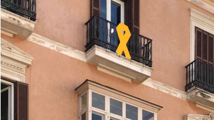 Més vuelve a colgar el lazo amarillo en el Parlament