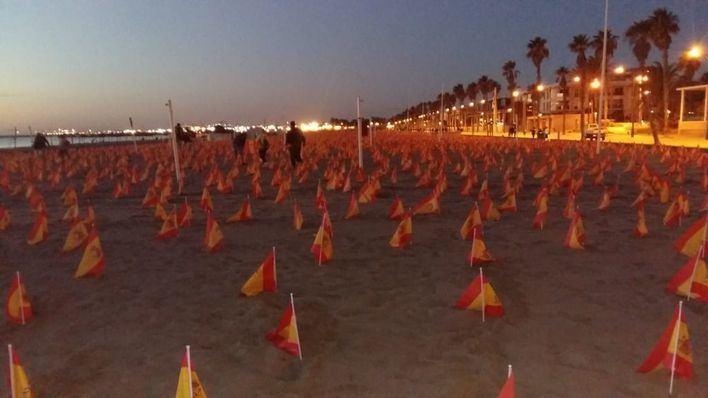 Arrancan las banderas por las víctimas de la pandemia de la playa de La Patacona