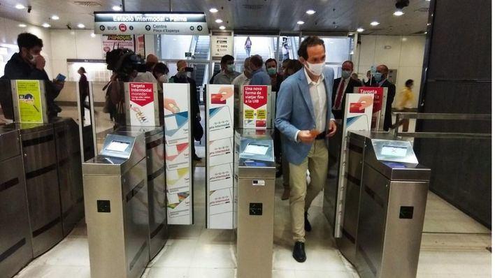 La usuarios del Metro de Palma podrán utilizar la tarjeta bancaria como billete de transporte