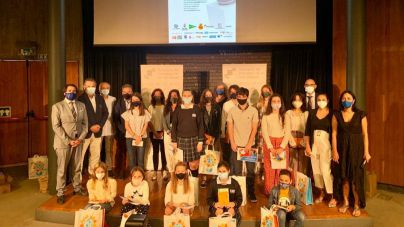 14 alumnos y 6 profesoras reciben los premios del I Concurso de Redacción Escolar APIB sobre periodismo