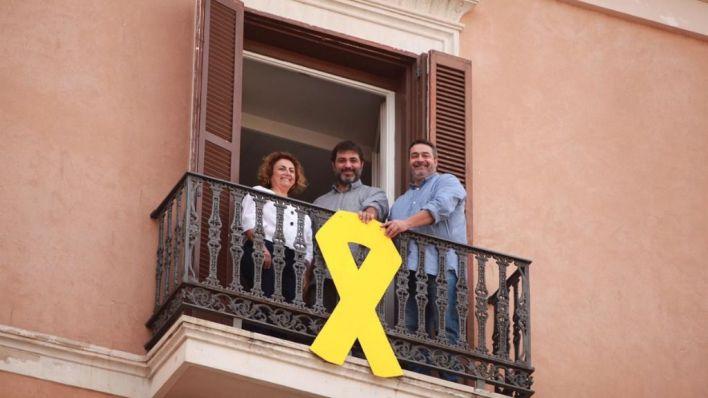 La Mesa del Parlament rechaza ordenar a Més que retire el lazo amarillo del edificio