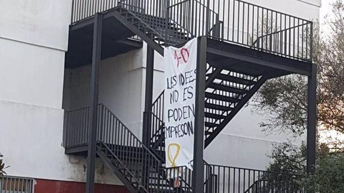 Vox denuncia la colocación de una pancarta con un lazo amarillo en el instituto de Felanitx
