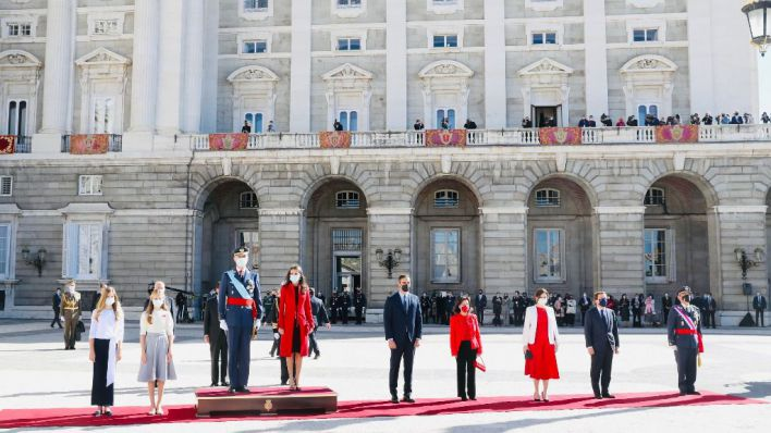 Abucheos al Gobierno y vivas al Rey en el 12-O de la pandemia y la tensión política