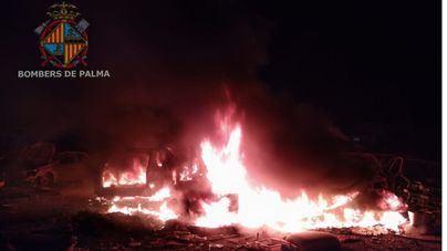 Espectacular incendio en Son Banya al arder basura y tres vehículos abandonados