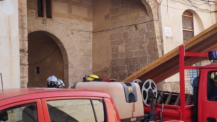 Los bomberos apuntalan un edificio del centro de Palma tras derrumbarse parte del techo