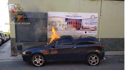 Arde un coche estacionado en una calle de Palma